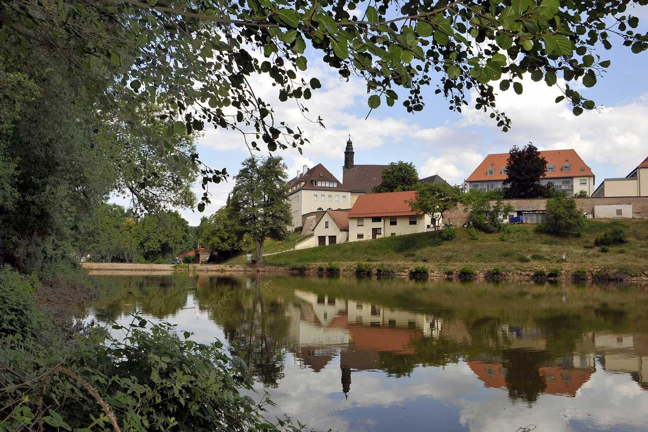 Kloster mit Weiher